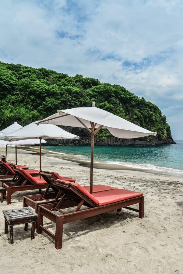 Sedie di salotto della spiaggia con l'ombrello immagine stock libera da diritti