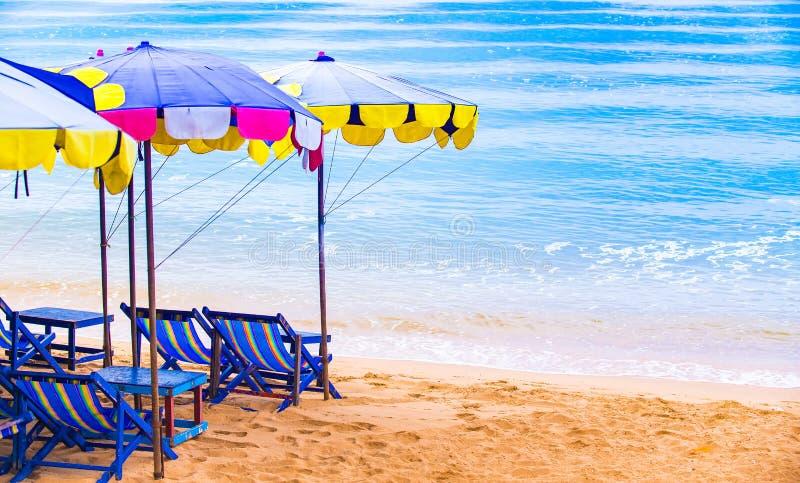 Sedie di spiaggia con l'ombrello variopinto fotografia stock