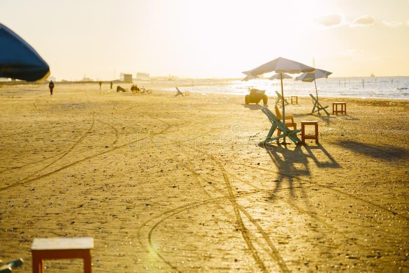 Sedie di spiaggia e tavole, Ras Elbar, Damietta, Egitto fotografie stock