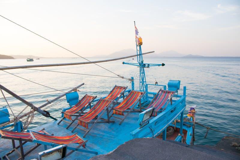Sedie di spiaggia sulla barca nell'isola di Samed, Tailandia fotografia stock libera da diritti