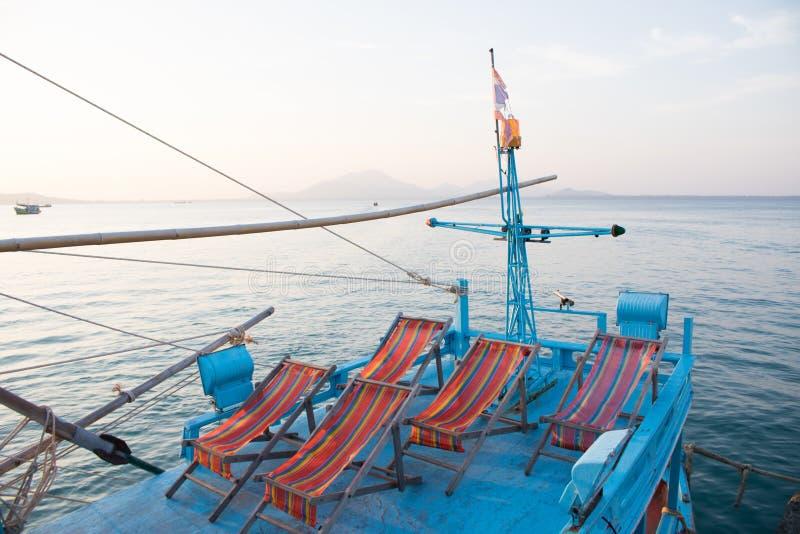 Sedie di spiaggia sulla barca nell'isola di Samed, Tailandia fotografia stock