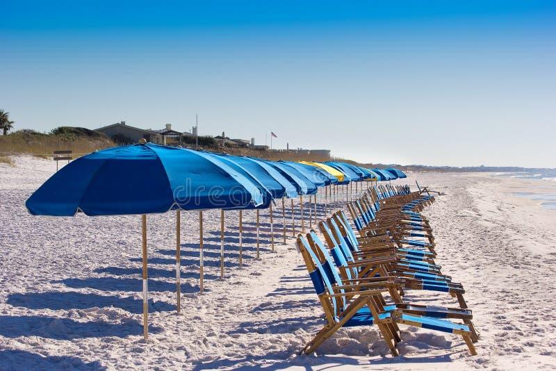 Sedie di spiaggia sulla spiaggia di Destin immagini stock libere da diritti