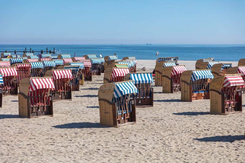 Sedie di spiaggia variopinte sulla spiaggia in bello tempo immagini stock