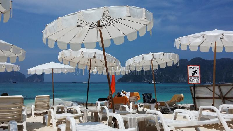 Sedie di Sunbath e mare blu profondo immagine stock
