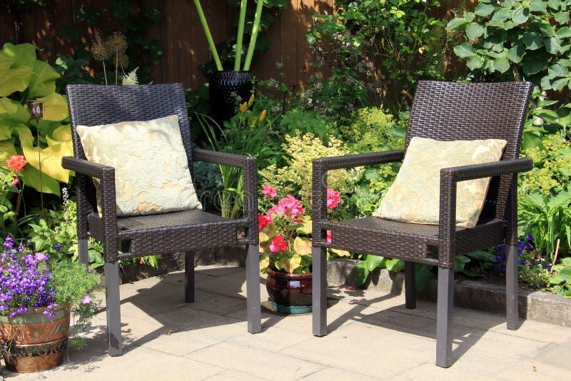 Sedie e fiori di giardino immagine stock