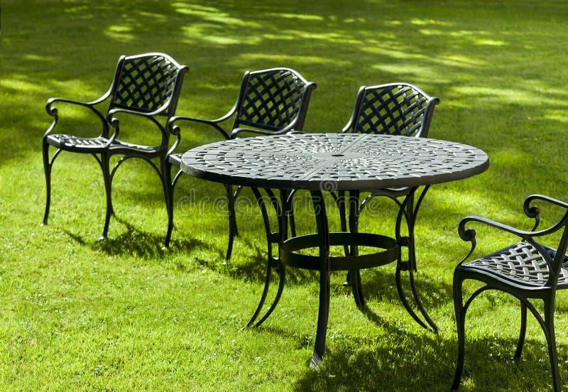 Sedie e tavola del ghisa fotografia stock immagine di for Tavola e sedie