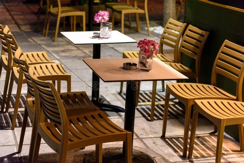 Sedie e tavole di legno fotografia stock