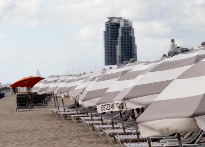 Sedie ed ombrelli di spiaggia a Miami fotografie stock libere da diritti