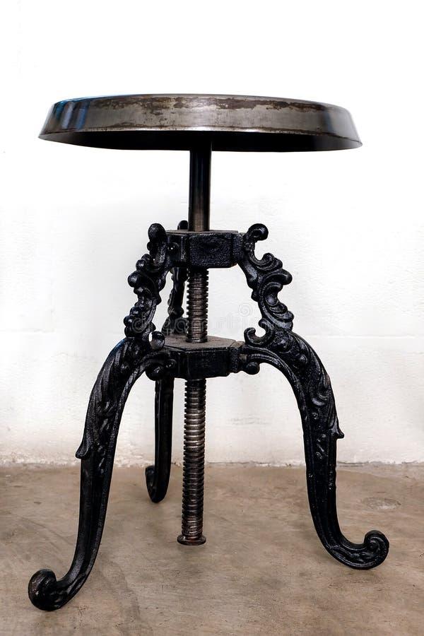 Sedie nere interiore della sala da pranzo con tavolo e for Sedie nere moderne