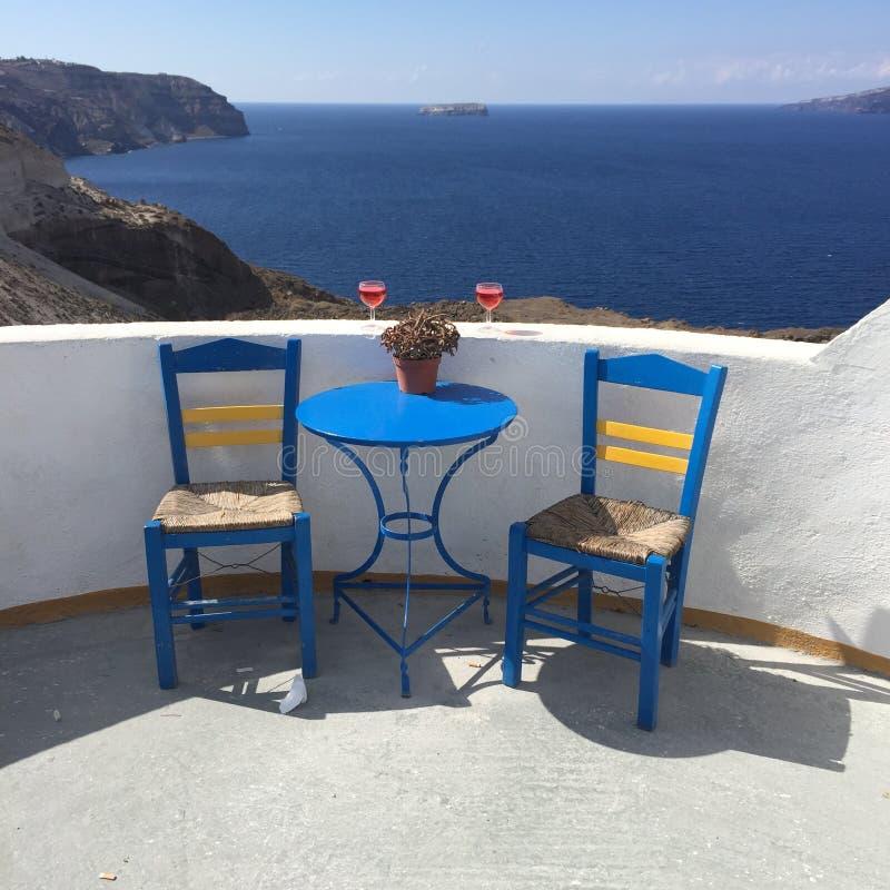 Sedie romantiche della Grecia dell'isola di Santorini fotografia stock