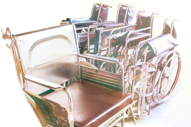 Sedie a rotelle che aspettano i servizi con lo spazio della copia di luce solare fotografia stock