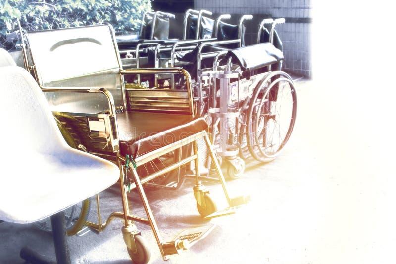 Sedie a rotelle che aspettano i servizi con lo spazio della copia di luce solare immagine stock