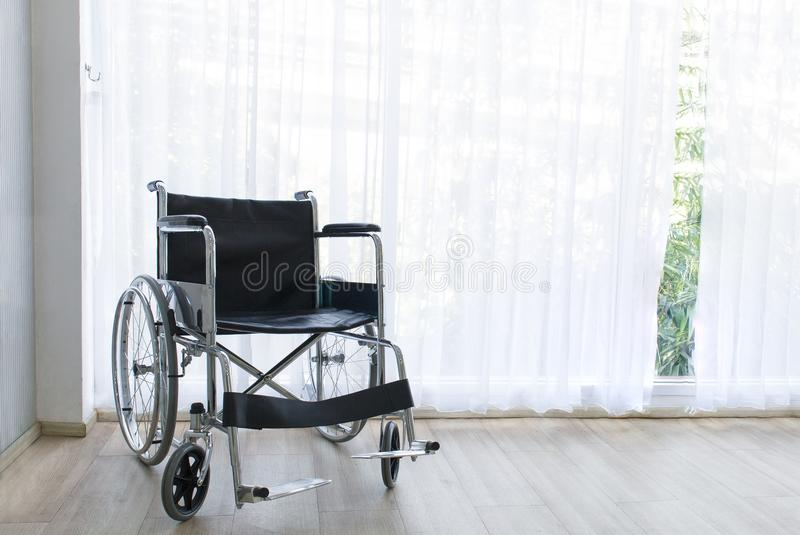 Sedie a rotelle che aspettano i servizi della stanza di ospedale con la luce del sole immagini stock libere da diritti