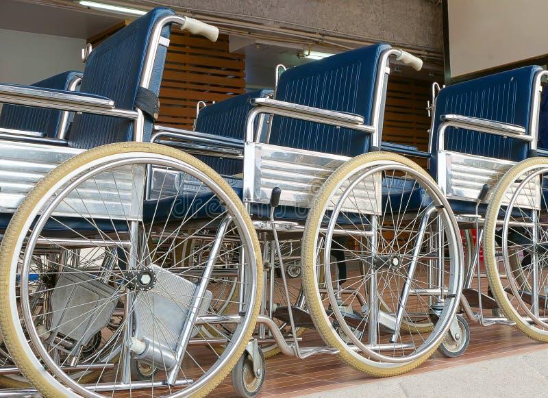 sedie a rotelle che parcheggiano su una piattaforma fotografie stock libere da diritti