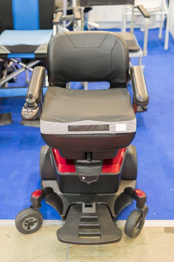 Sedie a rotelle nell'ospedale, sedie a rotelle che aspettano i servizi pazienti Foto verticale fotografia stock libera da diritti
