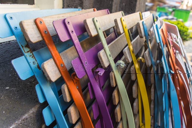 Sedie strutturate pieganti colorate vicino alla parete a Amsterdam fotografie stock libere da diritti