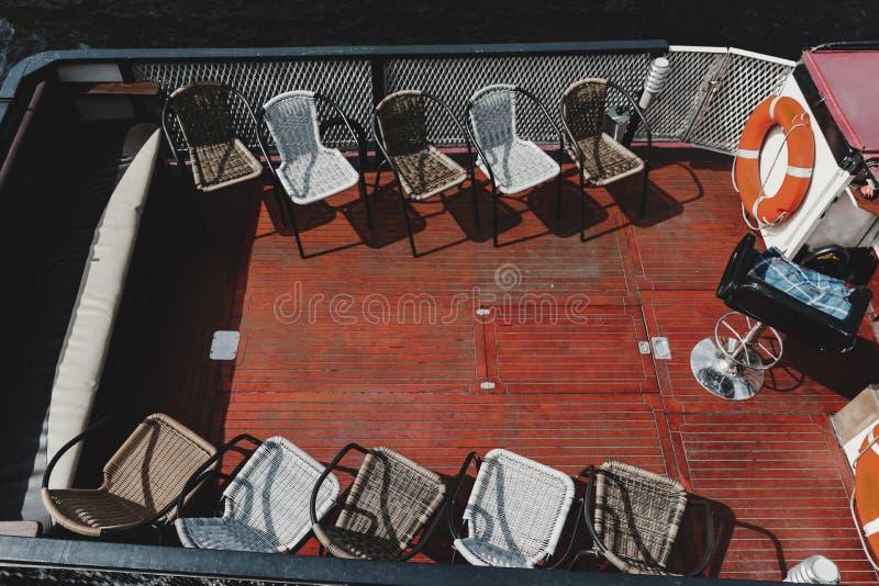 Sedie sulla piattaforma di una nave turistica fotografie stock