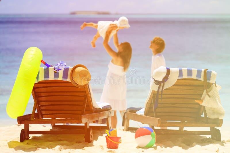 Sedie sulla spiaggia tropicale, concetto di vacanza di famiglia immagini stock libere da diritti