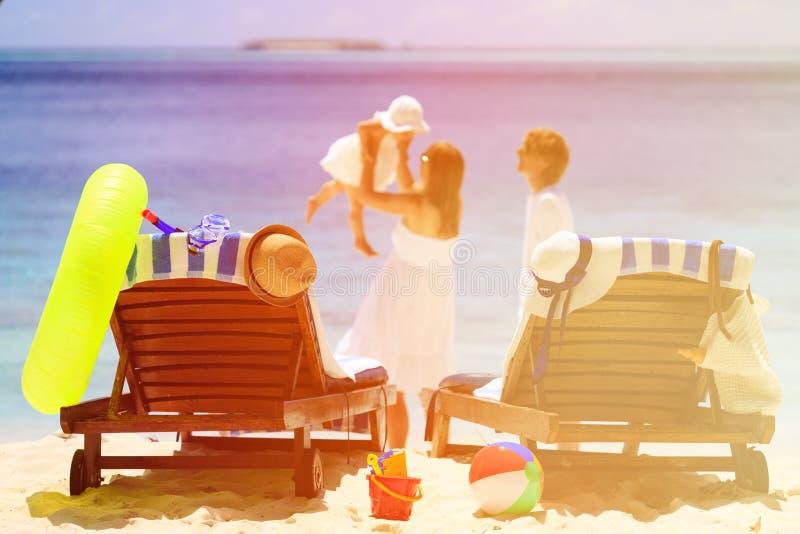 Sedie sulla spiaggia tropicale, vacanza della spiaggia della famiglia fotografia stock libera da diritti