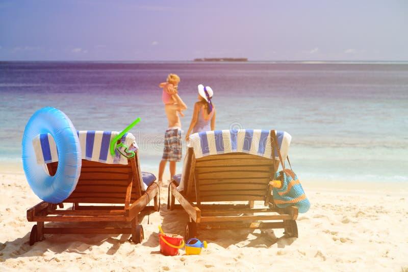 Sedie sulla spiaggia tropicale, vacanza della spiaggia della famiglia immagini stock libere da diritti