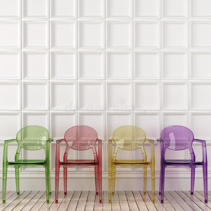 Sedie trasparenti colorate e parete bianca fotografia stock libera da diritti