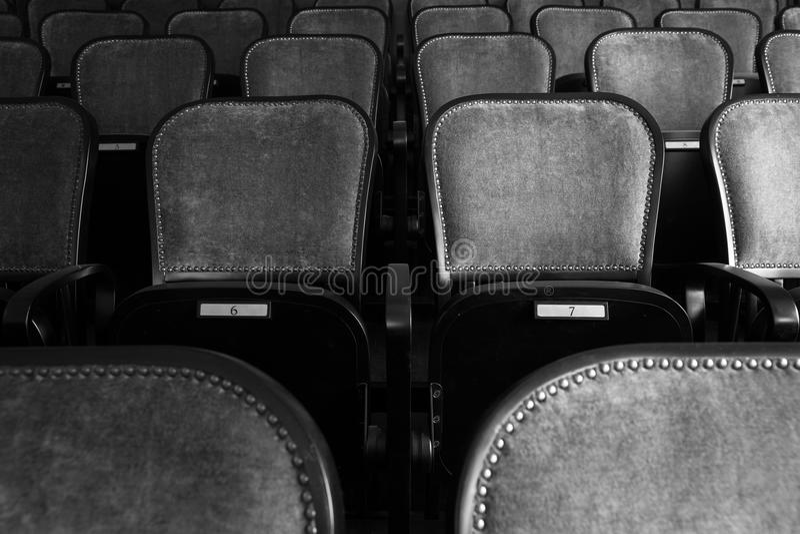 Sedie in un vecchio teatro fotografia stock