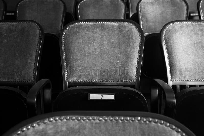 Sedie in un vecchio teatro fotografia stock libera da diritti