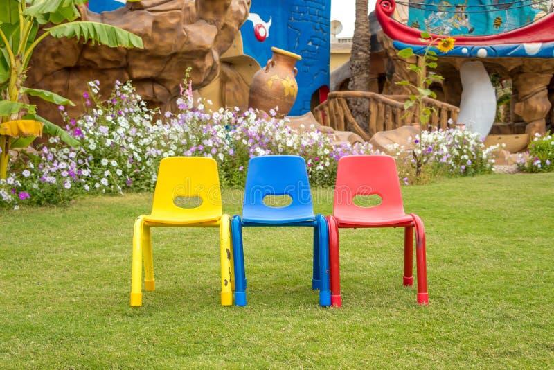 Sedie variopinte: sedia gialla, sedia blu e sedia rossa, Hurghada, Egitto fotografia stock