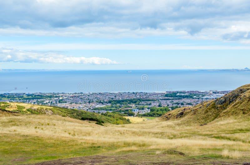 Sedile del ` s di Arthur, Edimburgo, la Scozia - la vista dell'estuario di avanti ed il sobborgo di Portobello immagine stock