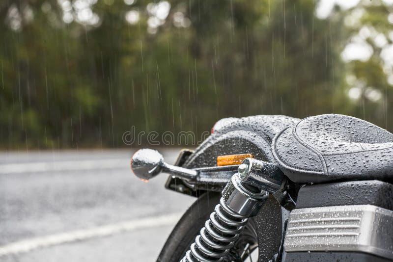Sedile della motocicletta in pioggia fotografia stock