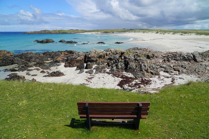 Sedile di banco che trascura spiaggia scozzese immagine stock