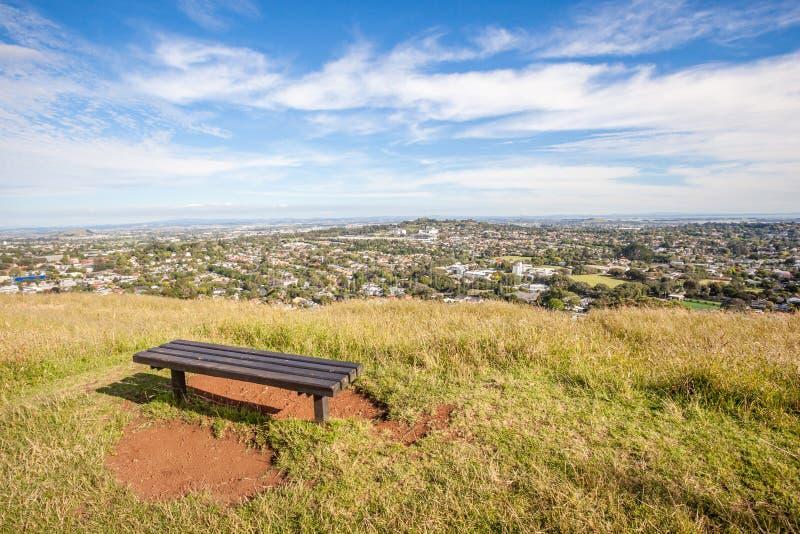 Sedile di banco dalla cima del supporto l'Eden per esaminare la c di Auckland immagine stock