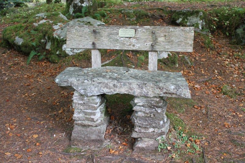 Sedile di pietra della lastra a Invermoriston dal fiume Moriston fotografia stock libera da diritti
