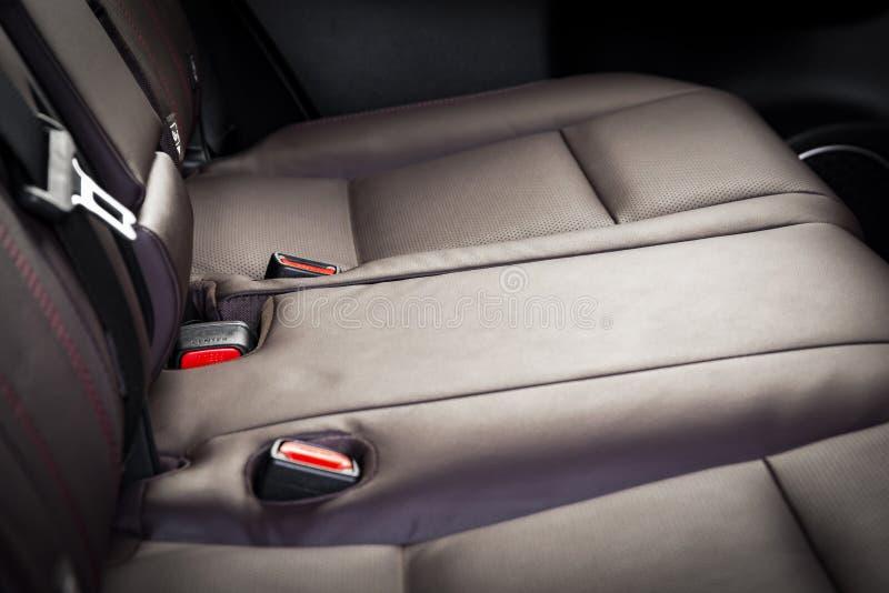 Sedili del passeggero posteriori in automobile di lusso moderna, cuoio perforato rosso immagine stock libera da diritti