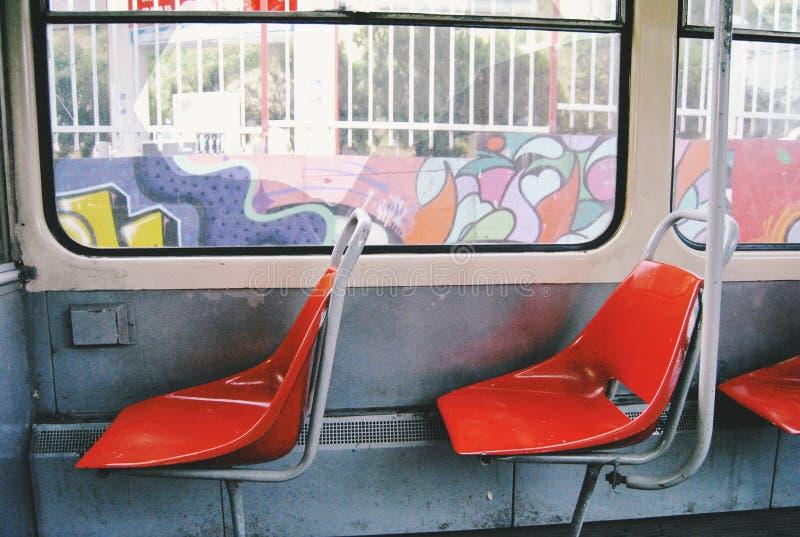 Sedili dentro la linea tranviaria ÄŒKD KT4 del passeggero fotografia stock