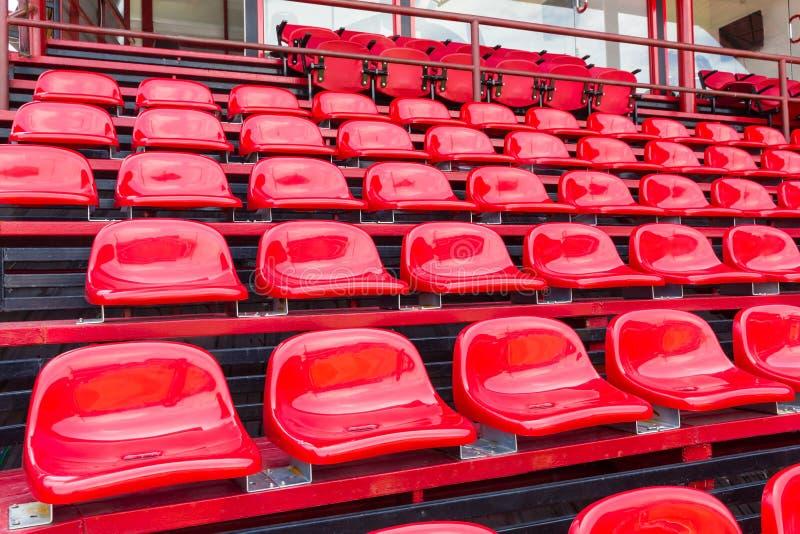 Sedili di plastica rossi in stadio fotografia stock libera da diritti