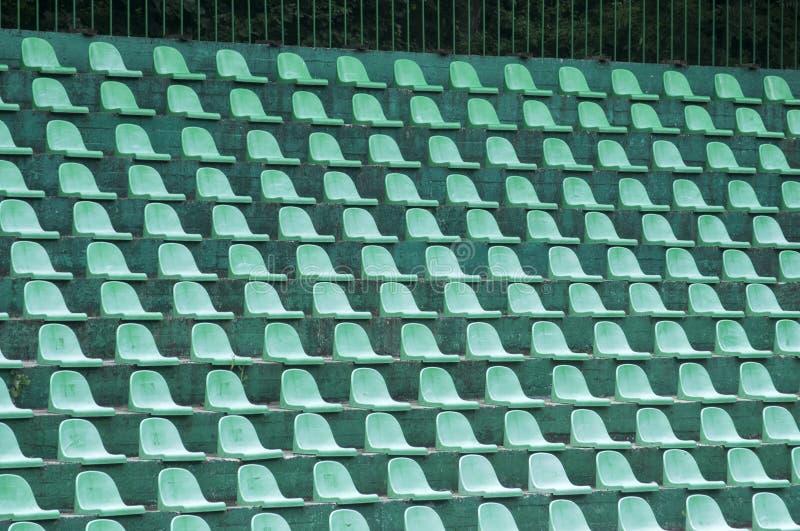Sedili di spettatori verdi vuoti fotografia stock libera da diritti