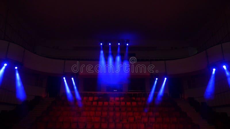 Sedili rossi del velluto per gli spettatori nel teatro o nel cinema Il panno rosso del tessuto del velluto svuota la colonna di f immagine stock