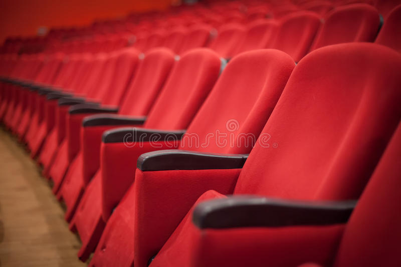 Sedili rossi vuoti del teatro o del cinema immagini stock libere da diritti