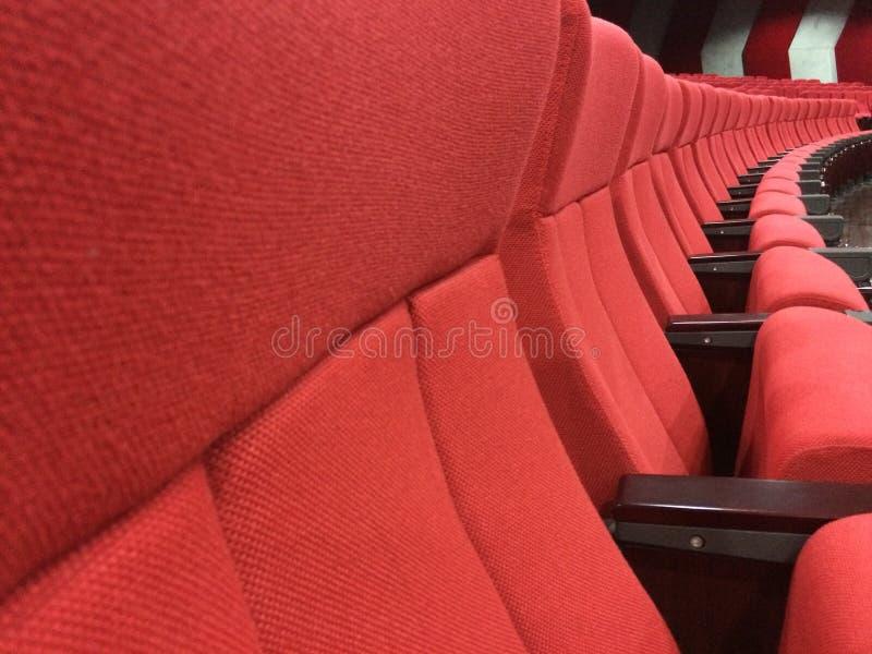 Sedili rossi vuoti per il cinema o il teatro immagini stock