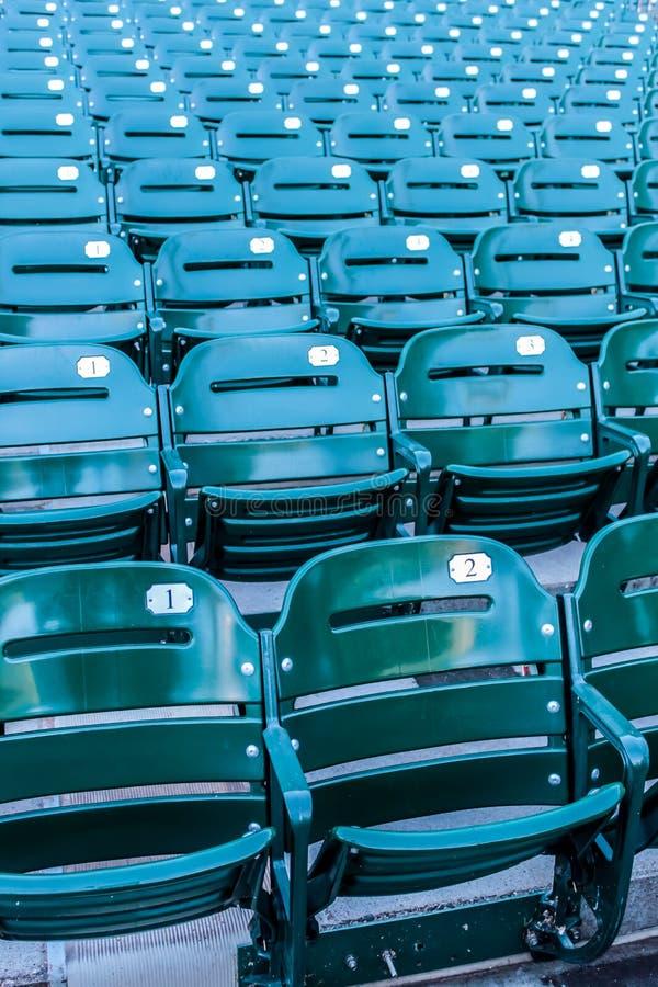 Sedili verdi dello stadio in uno stadio di baseball fotografia stock