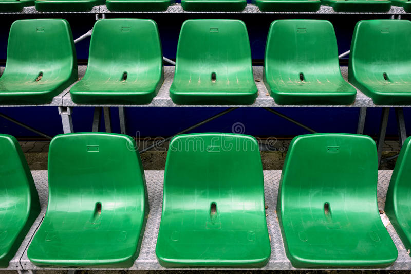 Sedili verdi vuoti dello stadio fotografie stock libere da diritti