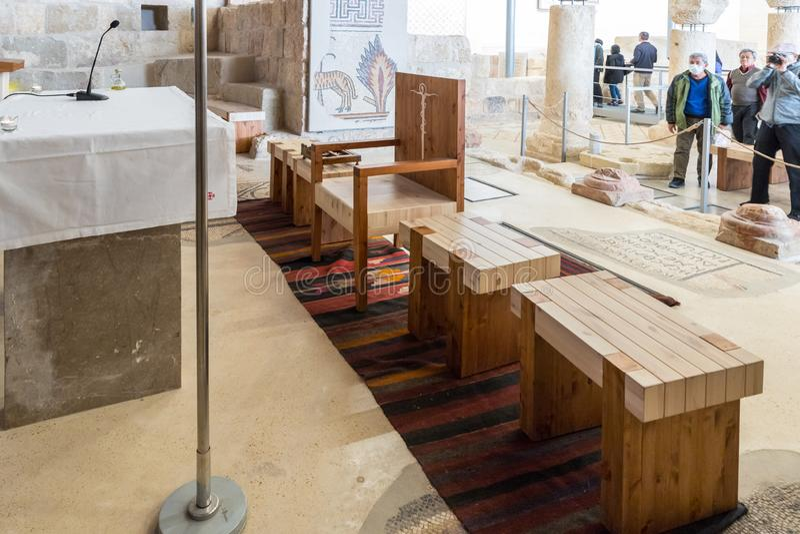 Sedili vicino all'altare nel corridoio di preghiera della chiesa commemorativa di Mosè sul supporto Nebo vicino alla città di Mad fotografie stock