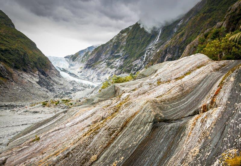 Sedimentär sten och Franz Josef Glacier arkivbilder