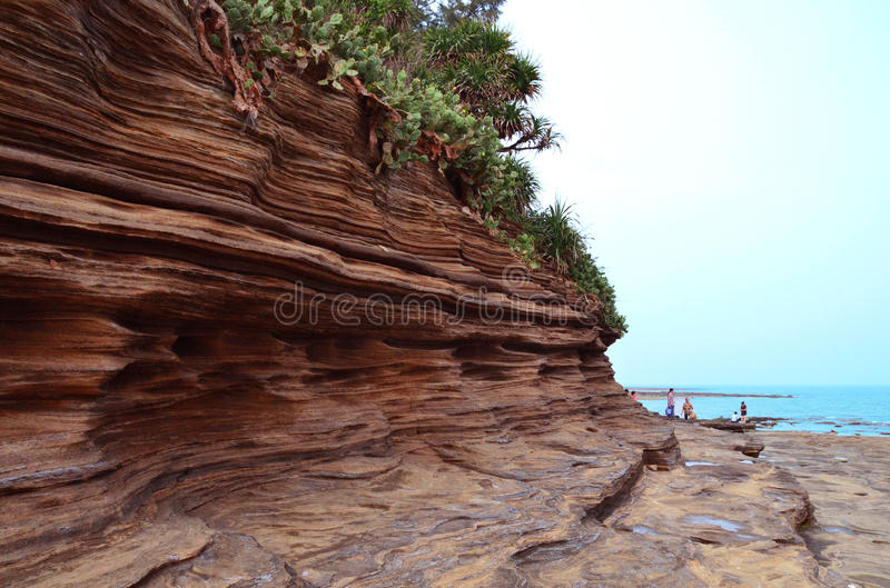 Sedimentära stenar vid havet arkivbild