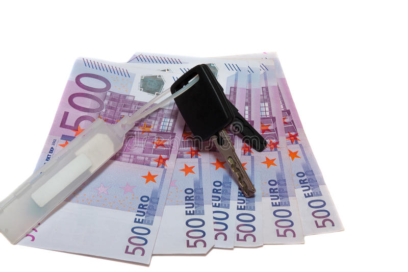 Sedlar av 500 euro och biltangenterna royaltyfri fotografi