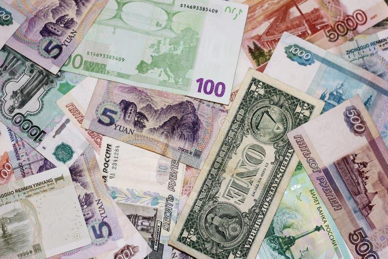 Sedlar av olika länder är en grupp av växelvis Rubel dollar, euro, yuan royaltyfri foto