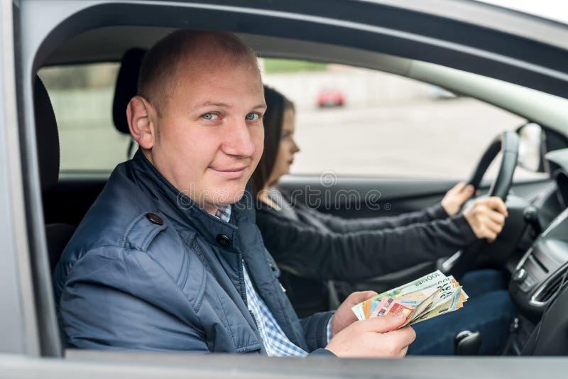 Sedlar för maninnehaveuro som sitter i bil royaltyfri fotografi