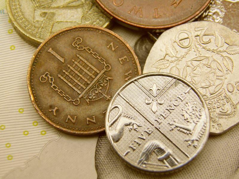 Sedlar och mynt för brittiska Sterling pundvaluta royaltyfri foto