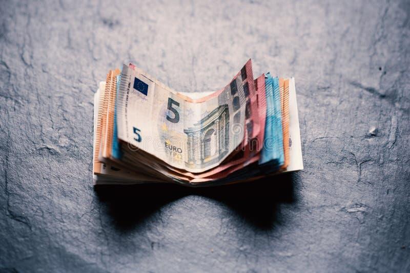 Sedlar på en stenbakgrund Europengarsedlar av olikt värde färgrika pengar för valutaeuroeuropean royaltyfria bilder